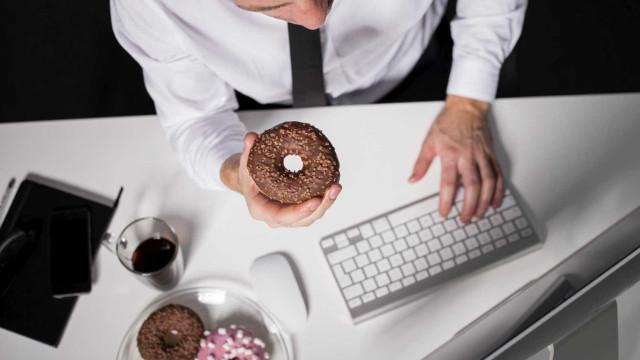 Cinco coisas que fazem do trabalho um inimigo da dieta