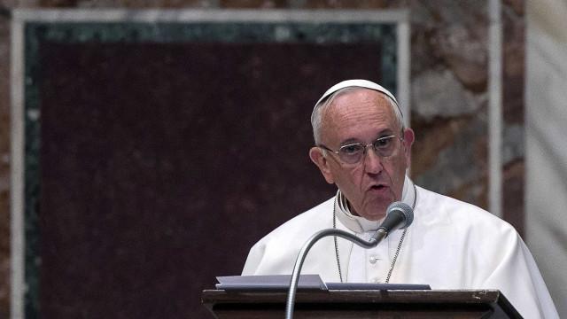 """Papa batiza crianças e faz pedido aos pais: """"Não discutam à frente delas"""""""