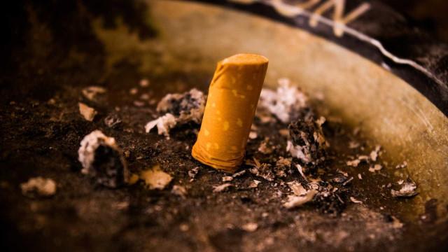 É assim que se vai livrar do cheiro a tabaco