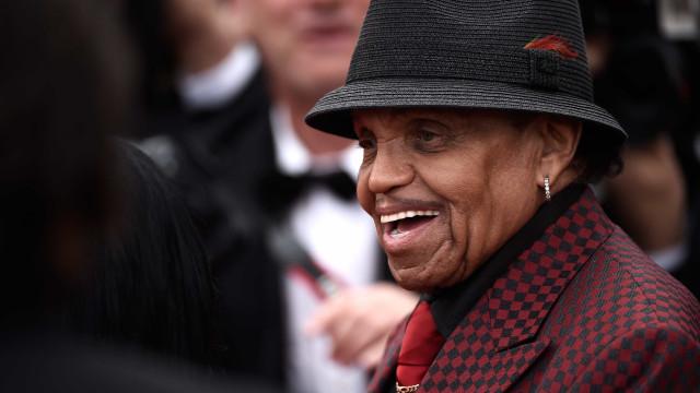 Celebridades homenageiam Joe Jackson nas redes sociais