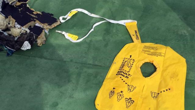 EgyptAir: Análise dos restos mortais prova explosão a bordo