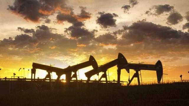 Petróleo volta a tropeçar e esquece recuperação