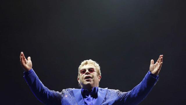 Elton John irrita-se com fãs e abandona concerto