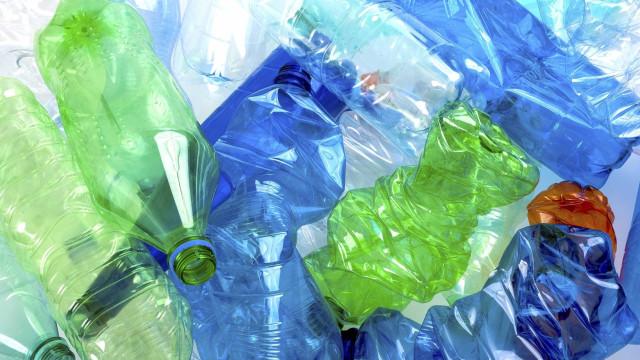 Plásticos de pelo menos 25 países invadem ilha desabitada de Cabo Verde
