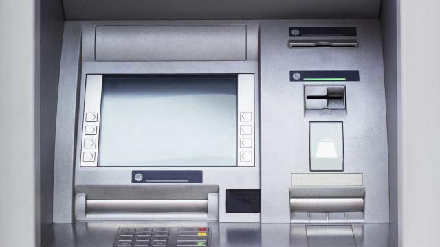 Quatro encapuzados explodiram multibanco no Centro Comercial de Massamá