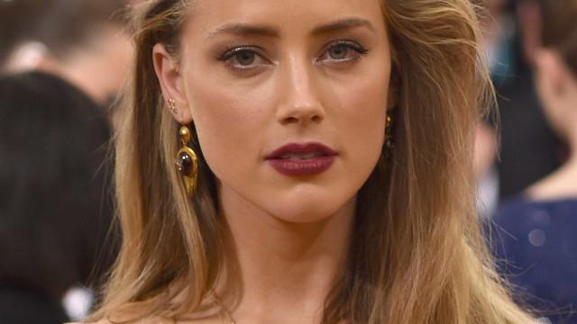 Sem sutiã, Amber Heard dá nas vistas com camisola transparente