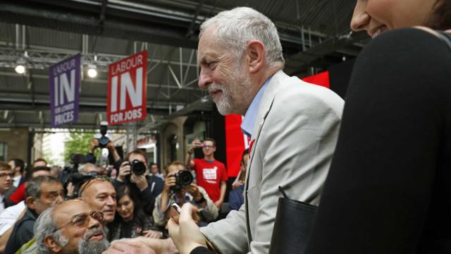 """Brexit: Jeremy Corbyn insta Theresa May a abandonar """"linhas vermelhas"""""""