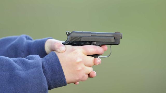 Menino de 5 anos morre depois de arma que encontrou em casa ter disparado