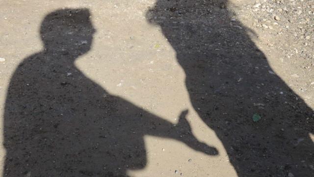 Empunhando uma faca, força ex-mulher a entrar no carro e agride-a