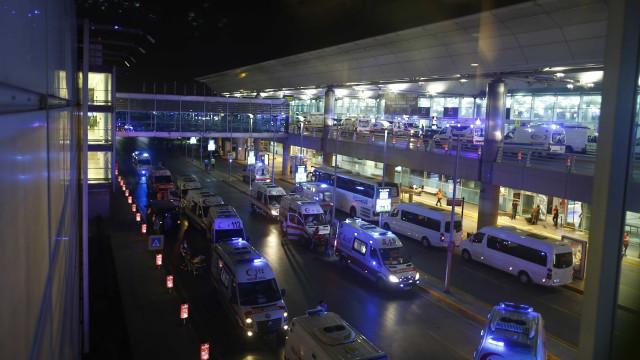 Aeroporto de Istambul volta a operar, mas com poucos voos