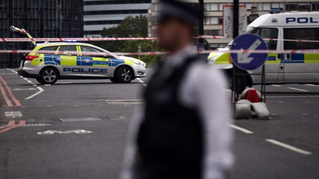 Relatos de disparos leva ao encerramento de prisão em Liverpool