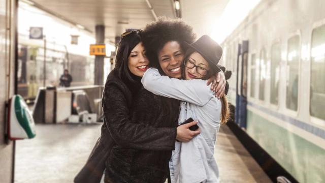A forma como dá abraços revela muitos sobre o seu estado emocional