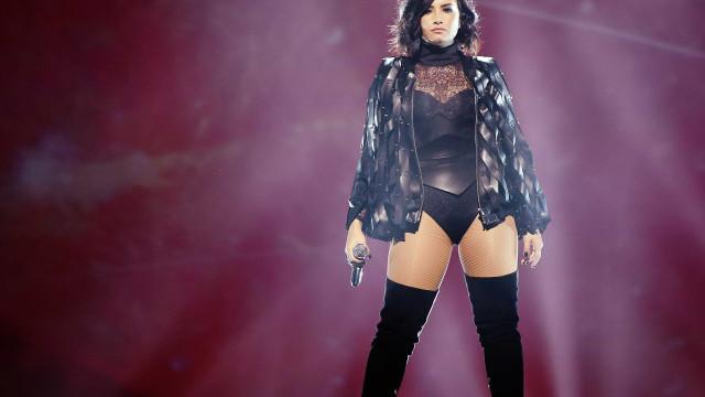Demi Lovato retoma normalidade e é vista a passear com amigas