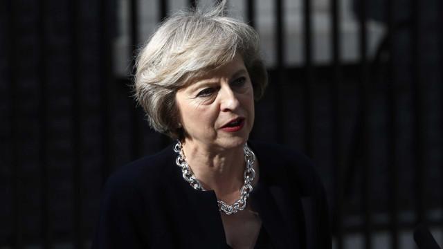 Texto para acordo do Brexit concluído. Governo de May reúne amanhã