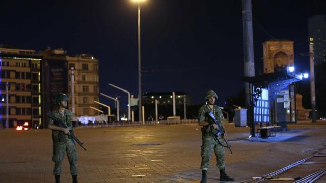 Turquia emite mandado para capturar militares que Grécia recusa entregar
