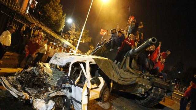 Golpe de Estado de 2016: Turquia lança operação para deter 41 oficiais