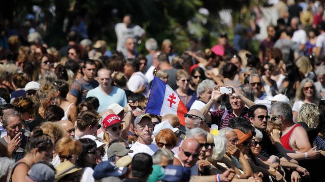 Milhares de franceses fazem minuto de silêncio em Nice
