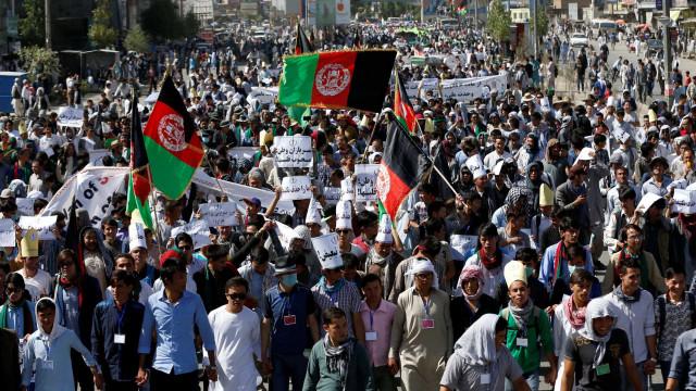 Talibãs ameaçam acabar contactos com os EUA