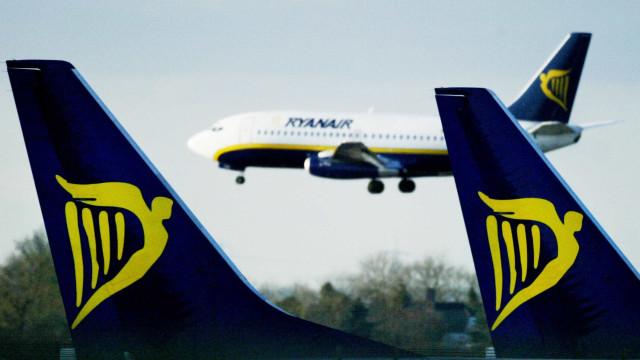 Bêbados provocam distúrbios em voo da Ryanair e acabam detidos