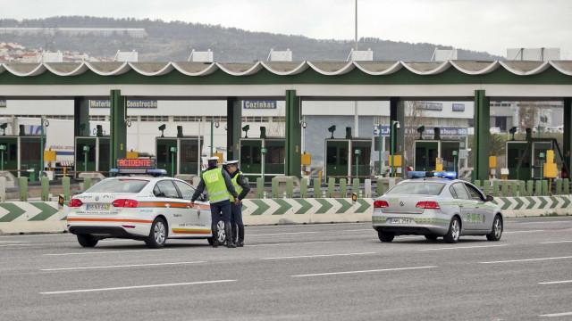 Um morto na A16. Carro despistou-se contra as portagens