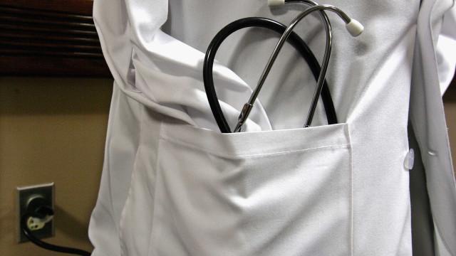 Médica no Brasil rasga receita de paciente de 72 anos que votou em Haddad