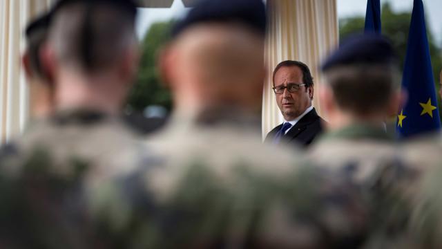 Presidente Hollande tenta acalmar polémica sobre segurança em Nice