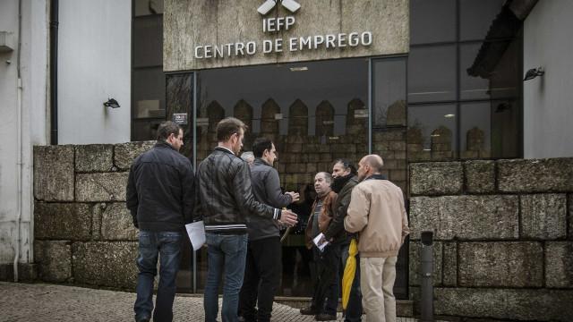 Número de desempregados registados nos centros de emprego volta a recuar