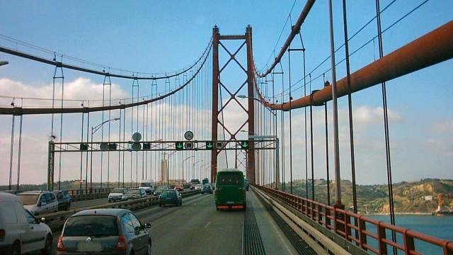 Chuva e dois acidentes lançam o caos no trânsito da Ponte 25 de Abril