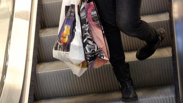 Confiança dos consumidores quebra série positiva de quatro anos