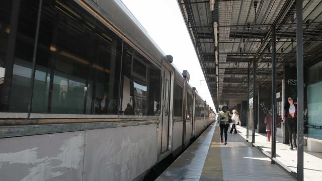 Restabelecida circulação de comboios na linha de Cascais