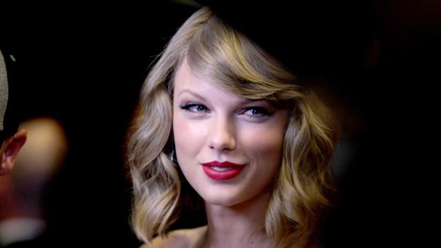 Taylor Swift faz rara aparição pública com namorado secreto