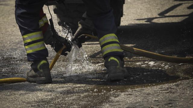 Bombeiros combatem incêndio em fábrica de papel em Guimarães