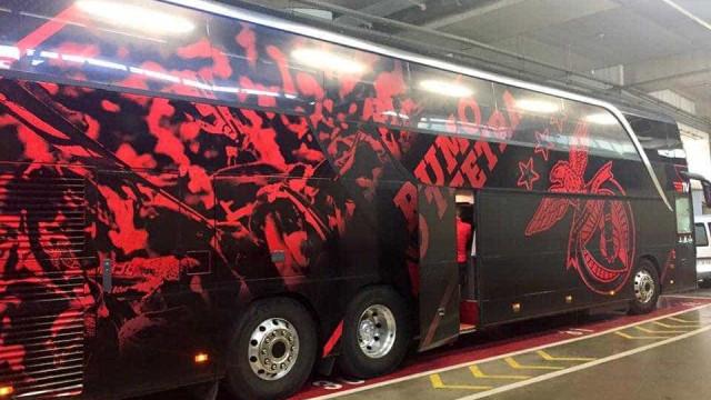 Autocarro do Benfica recebido com insultos e muita contestação