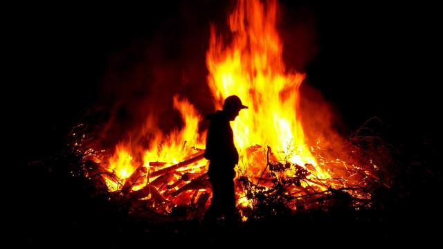 Detido suspeito de ter ateado fogo com isqueiro em Tomar. Tem 22 anos