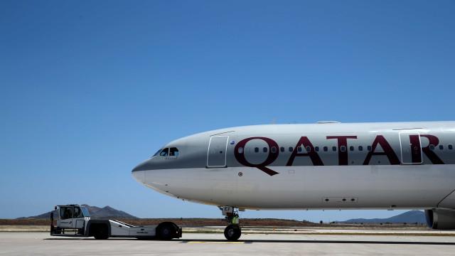 Avião obrigado a aterrar depois de mulher descobrir que marido a traía