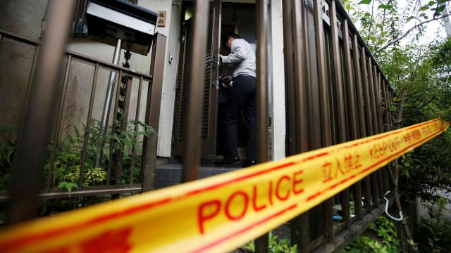 Pai prendeu o filho durante 20 anos numa jaula de madeira