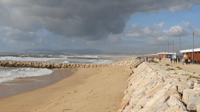 Reforçadas buscas por praticante de bodyboard desaparecido na Costa