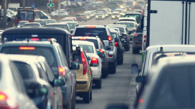 A1: Trânsito congestionado após colisão com vários carros em Sacavém