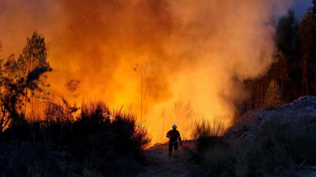 Mais de dois mil operacionais combatem fogos em três distritos