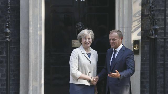 """Reunião de """"última hora"""" entre Tusk e May antes do arranque da cimeira"""