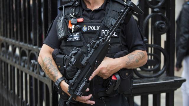 Polícia detém homem junto ao Parlamento em Londres