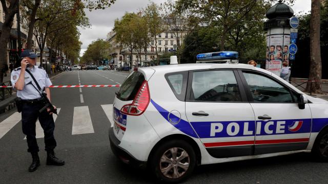 Menina morre esmagada por máquina de construção em Paris