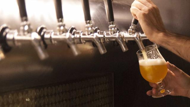 Uma cerveja nunca vem só? A ciência explica porquê e desaconselha