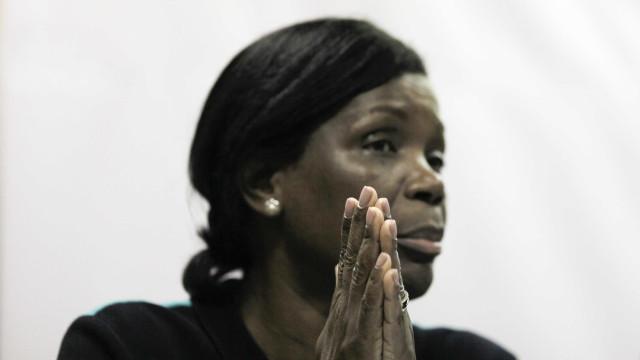 Ministra da Justiça ajuda reclusos a limpar mata na prisão de Alcoentre