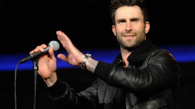 Polícia manda parar Adam Levine para o ouvir a cantar