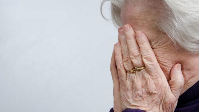 Mulher agredia idosas na rua para as roubar