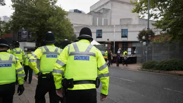 Dezenas de casas evacuadas em Londres devido a… saco do lixo
