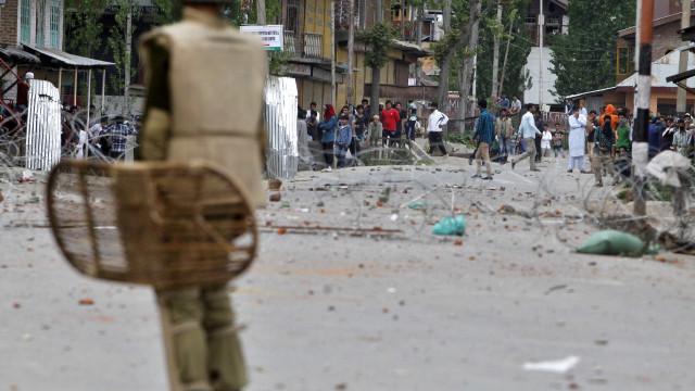 Soldados chineses e indianos atiram pedras uns contra os outros