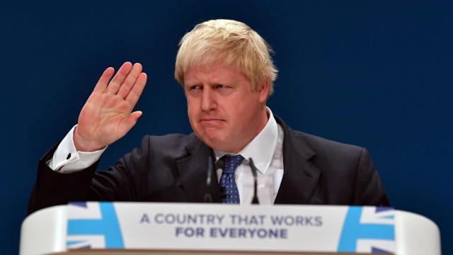 """Brexit: """"Vamos para a batalha a acenar com a bandeira branca"""""""