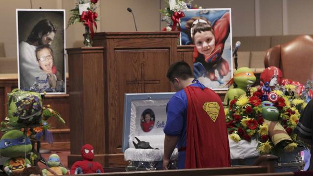 Jacob foi morto na escola. Não faltaram super-heróis no seu funeral